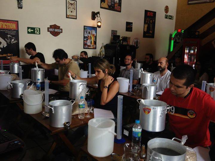 Cada aluno tem seu kit cervejeiro e faz sua própria cerveja.